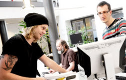 En student och en bibliotekarie samtalar